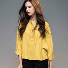 開襟V領 寬袖後排釦 柔軟棉寬版上衣 前短後長(白/芥末黃色)