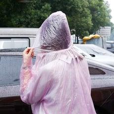 拋棄式 輕便雨衣 【顏色隨機】